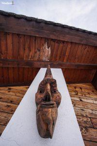 Le maschere lignee abbelliscono anche le facciate delle case